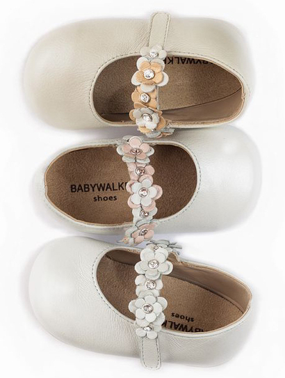 Ballerina shoes with a single strap decorated in delicate flowers